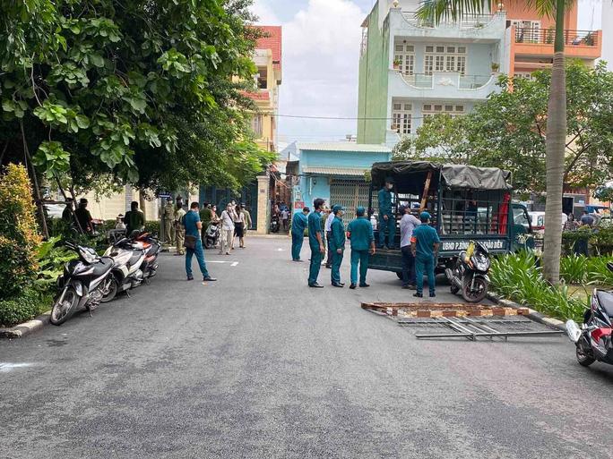 Lực lượng chức năng phong tỏa một Block chung cư Bộ Công an