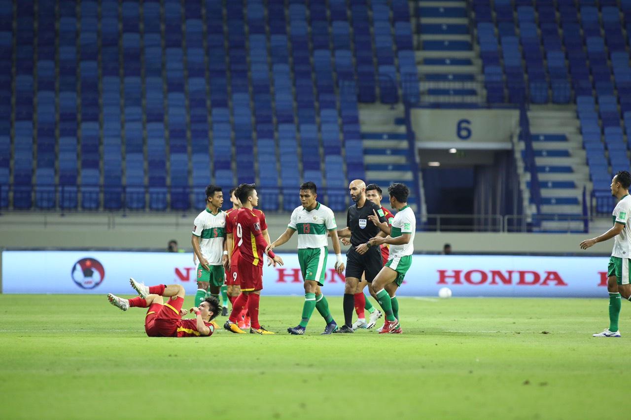 Các cầu thủ trẻ Indonesia (áo trắng) liên tục phạm lỗi thô bạo các các cầu thủ Việt Nam