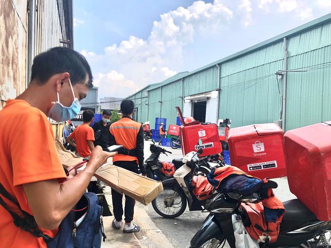 Các shipper đang chờ lấy hàng tại kho của Shopee ở quận 7.