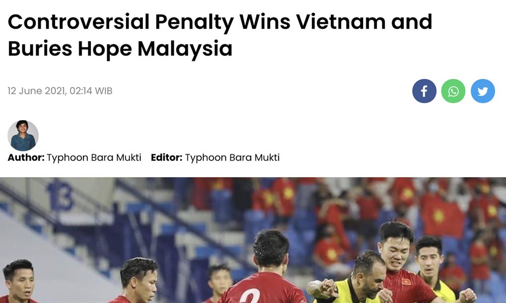 """""""Việt Nam thắng nhờ phạt đền gây tranh cãi, và nhấn chìm hy vọng của Malaysia"""" là tiêu đề bài viết của skor.id"""