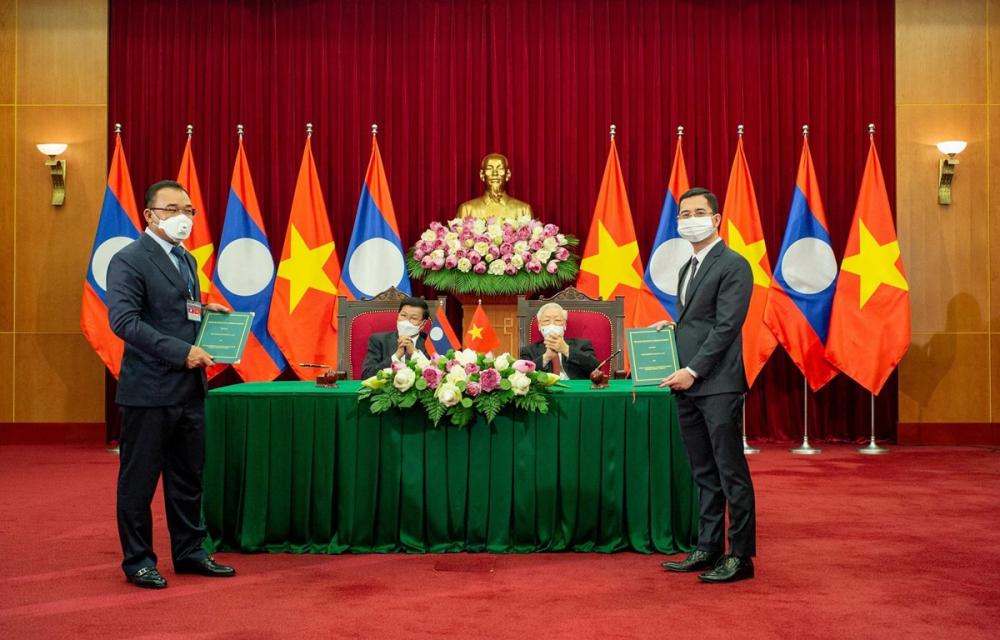 Đại diện VinFast và Tập đoàn Phongsubthavy (Lào) ký kết biên bản ghi nhớ hợp tác. Ảnh: VinFast