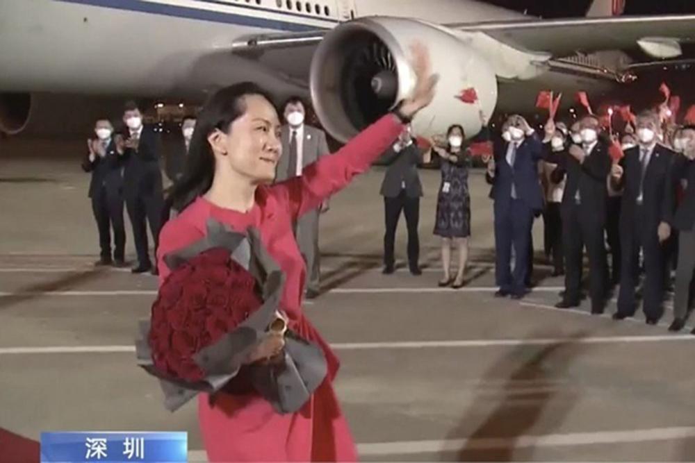 Bà Mạnh Vãn Chu được đón tiếp tại sân bay Thâm Quyến